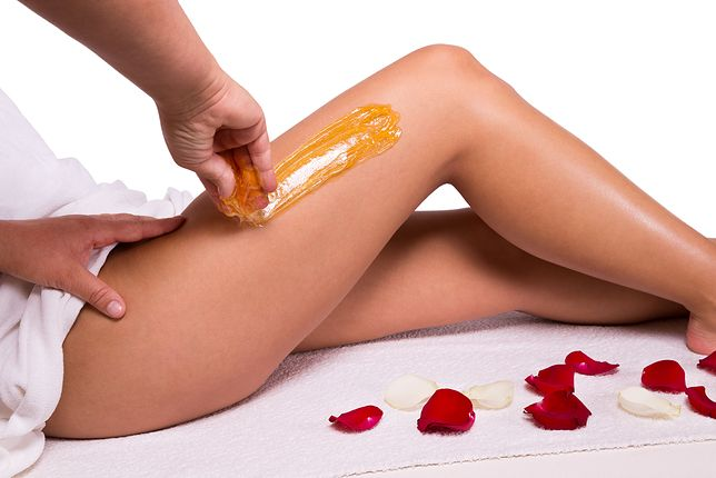 Depilacja woskiem kosmetycznym jest zabiegiem mechanicznym, polegającym na wyrywaniu włosków wraz z cebulkami.