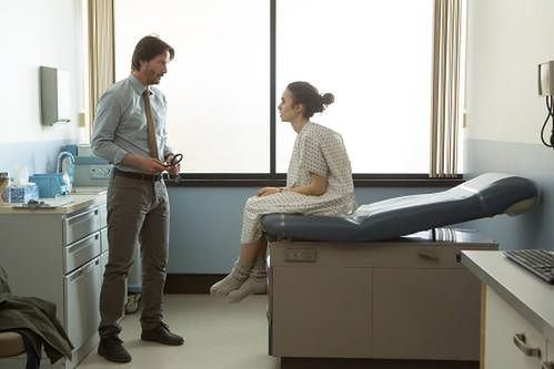 Keanu Reeves i Lily Collins fot. Netflix