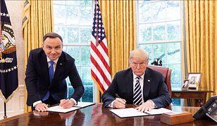 Moment podpisania polsko-amerykańskiej deklaracji przez prezydentów.