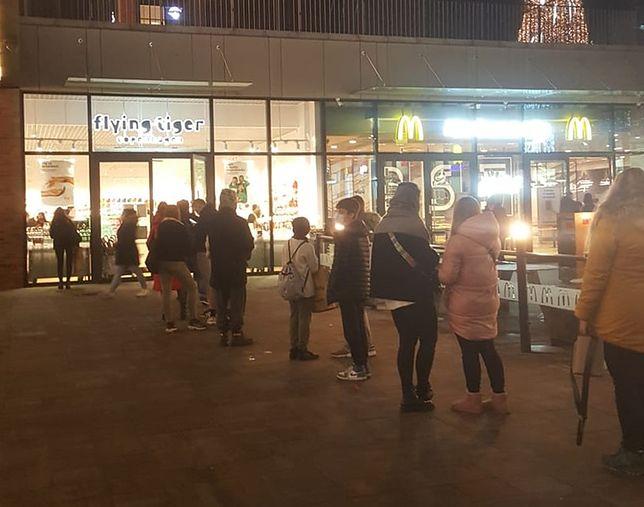 Za kilka dni sklepy w galeriach handlowych zamkną się na co najmniej 3 tygodnie. Nic dziwnego, że w piątek ustawiały się kolejki