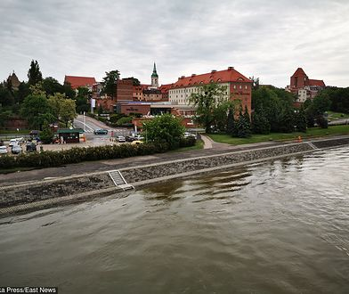 Toruń. Samochód stoczył się z tarasu widokowego i wpadł do Wisły