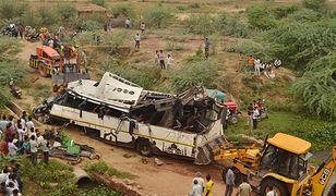 Indie. Wypadek autobusu rejsowego na drodze szybkiego ruchu