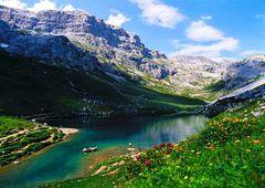 Podróż szwajcarską doliną na deskorolce