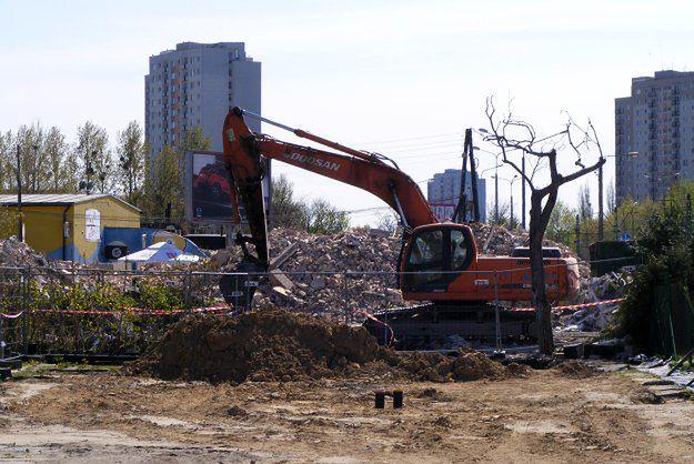 Rozbierają budynek przy rondzie Rataje w Poznaniu - ul. Jana Pawła II będzie szersza