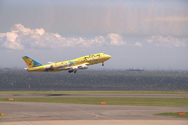 Samolot startujący z portu lotniczego Tokio-Haneda