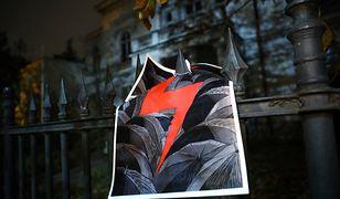 Warszawa. Policjanci weszli do mieszkania i ściągnęli flagę Polski z błyskawicą