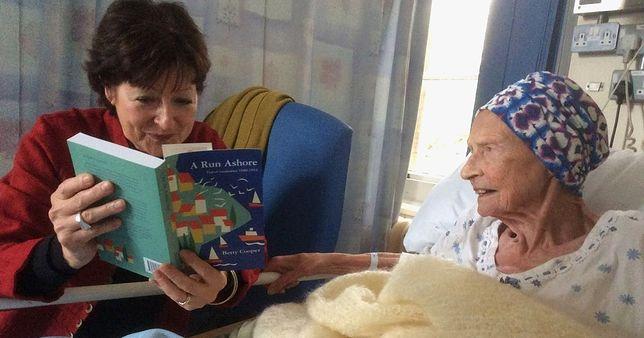Gdy seniorka ujrzała egzemplarz jeszcze ciepłej książki, trudno jej było powstrzymać łzy wzruszenia. Krótko potem zmarła