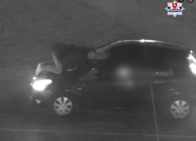 Lublin. Kamery miejskiego monitoringu uchwyciły mężczyznę całującego szybę samochodu