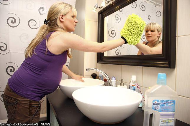 Partner ciężarnej kobiety karze jej sprzątać