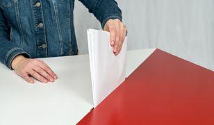 Brak kamer w lokalach wyborczych PiS może tłumaczyć prawem unijnym