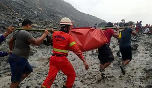 Ratownicy pracujący na miejscu tragedii w Mjanmie