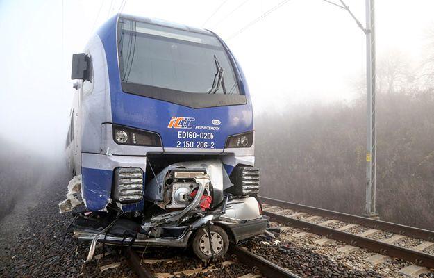 Piotrków Trybunalski: Auto wjechało pod pociąg na strzeżonym przejeździe kolejowym. Zginął kierowca
