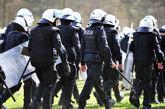 Policjanci mieli problem z obezwładnieniem napastnika, ponieważ był on wyszkolony w sztukach walki i ważył ok. 120 kg.