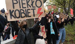Strajk kobiet w Gdyni. Mężczyzna nie przyznaje się do winy. Usłyszał zarzut ugodzenia nożem 23-latka