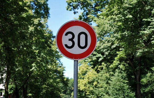 """""""Strefa 30"""" w Krakowie. Coraz więcej miast chce wprowadzić ograniczenia prędkości do 30 km/h"""
