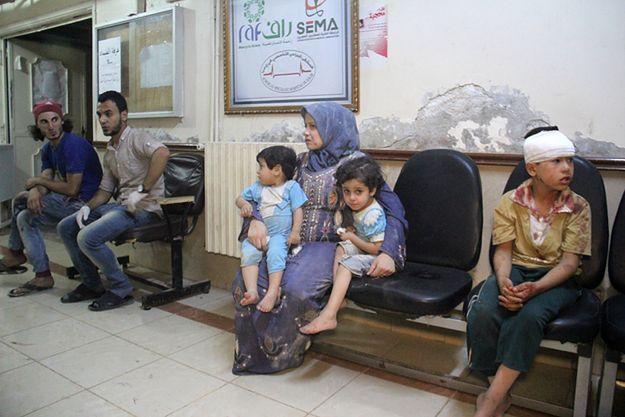 Syryjczycy w szpitalu w mieście Idlib po nalotach i ostrzale, 21 lipca