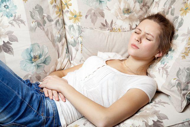 Ból brzucha złagodzić można naparami ziołowymi