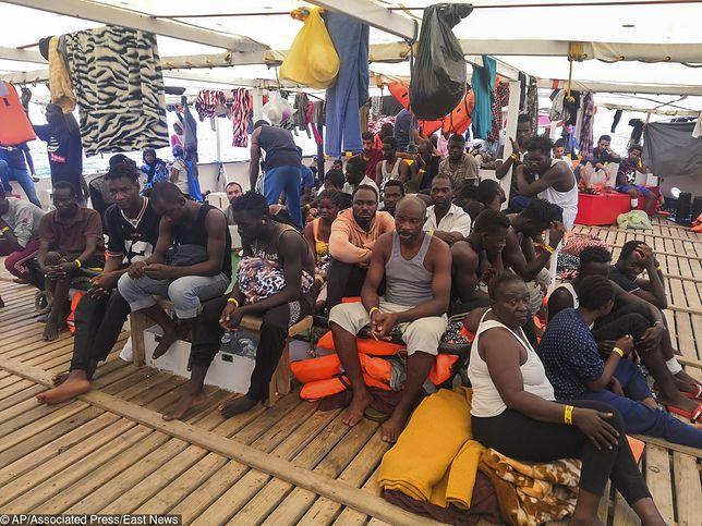 Włochy. Matteo Salvini nie chce wpuścić imigrantów do portu. Na statkach czeka ponad 500 osób