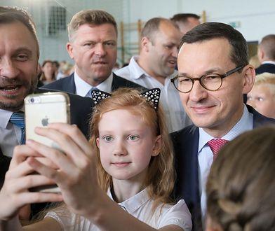 Radny PiS Robert Perkowski (pierwszy z lewej) i premier Mateusz Morawiecki