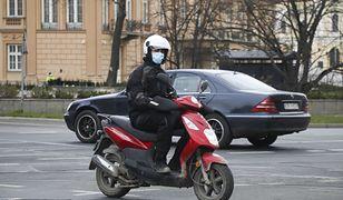 Obowiązek zasłaniania ust i nosa dotyczy też motocyklistów.