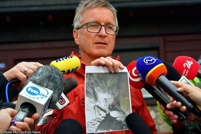 Tatry. Jan Krzysztof, naczelnik TOPR pokazuje zdjęcia z akcji ratunkowej w Jaskini wielkiej Śnieżnej