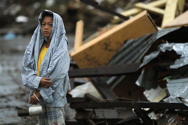 Na Filipiny zaczyna docierać pomoc, ale zbliża się burza tropikalna