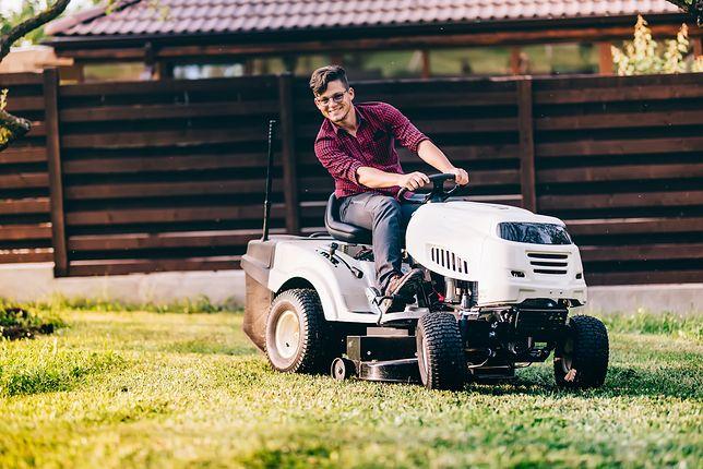 Koła traktorka powinny być tak wyprofilowane, by nie niszczyły trawnika.