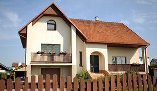 Malowanie elewacji domu pokrytej tynkiem akrylowym. Na co zwrócić uwagę?