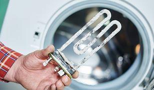Główną przyczyną pojawiania się kamienia w pralce jest twarda woda oraz pranie w wysokich temperaturach.