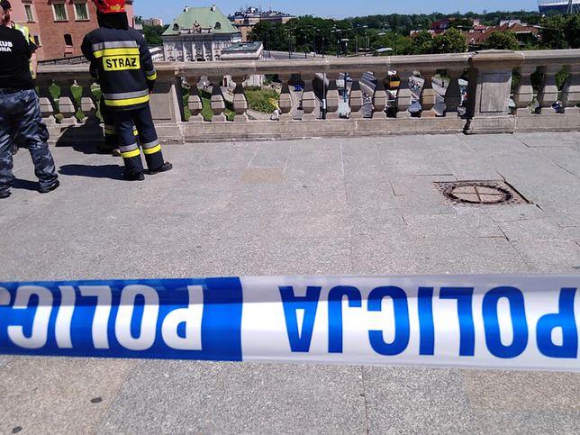 Warszawa. Oderwany element betonowej balustrady na placu Zamkowym