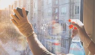 Mycie okien przed świętami. Skuteczny trik na lśniące szyby