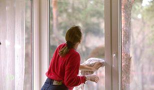 Jak myć okna? Prosty trik z gąbką pozwoli zaoszczędzić wiele czasu