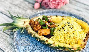 Kurczak po koreańsku z ryżem podany w ananasie