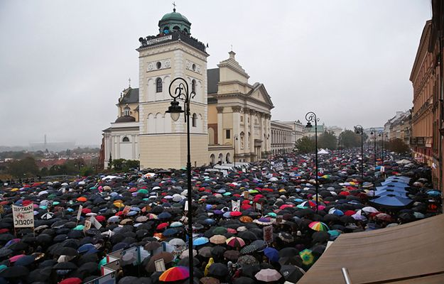 """""""Czarny poniedziałek"""" w Warszawie - uczestnicy protestu podczas demonstracji na pl. Zamkowym"""