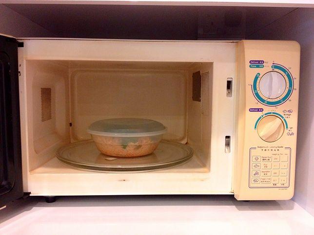 Dlaczego mikrofala grzeje talerz, nie jedzenie? Odpowiada fizyk