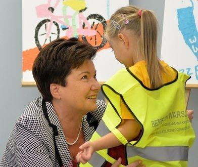 """Hanna Gronkiewicz-Waltz ubiera przedszkolaki w kamizelki. """"Będziecie lepiej widoczni na drodze"""""""
