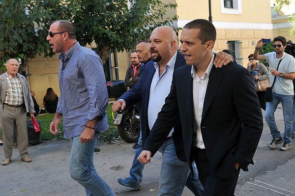 Nikos Michos, Ilias Panagiotaros i Ilias Kasidiaris tuż po wyjściu z aresztu