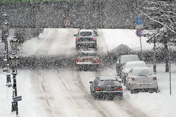 Intensywne opady śniegu utrudniają warunki jazdy