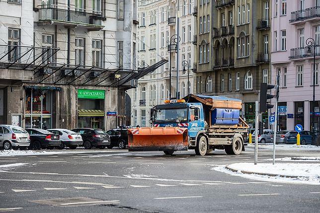 Na warszawskie ulice wyjechały posypywarki. Wszystko przez przymrozki.