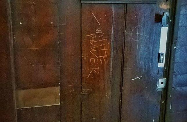 """Atak na siedzibę Lambdy. """"Oplute drzwi, wyryty krzyż celtycki i napis White Power"""""""
