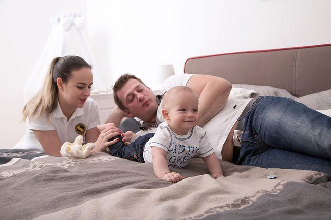 Jeśli jedno z rodziców pracuje za granicą, urząd musi sprawdzić, czy nie pobiera tam innych świadczeń na dzieci