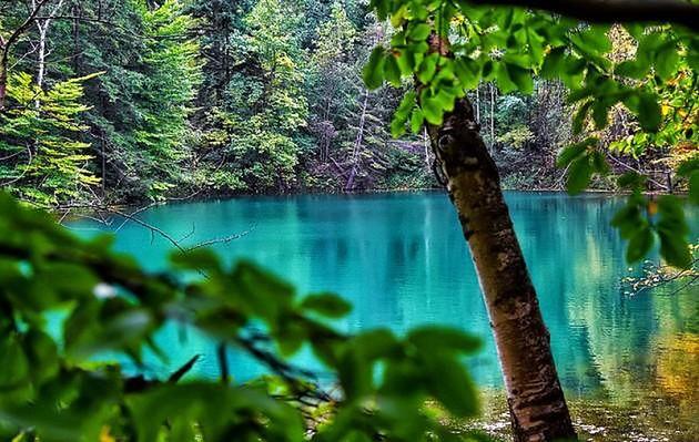 Kolorowe jeziorka są porównywane do wielobarwnych gejzerów w parku Yellowstone