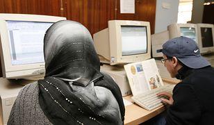Niemieckie służby ostrzegają, że islamiści werbują bojowników przez internet.