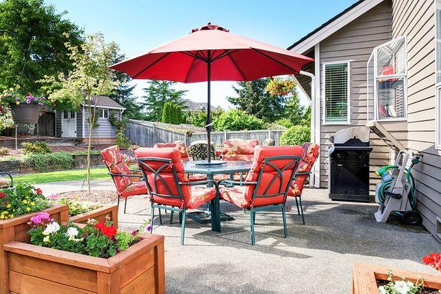 W upalne letnie dni trudno jest wytrzymać na tarasie, gdy nie jest on osłonięty przed działaniem intensywnych promieni słonecznych
