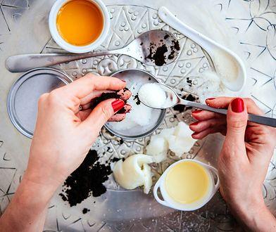 Najlepsze peelingi są na bazie naturalnych substancji ścierających. Prym wiedzie cukier, sól i kawa.