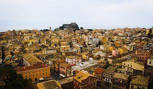 Widok na malowniczą zabudowę miasta Korfu w Grecji