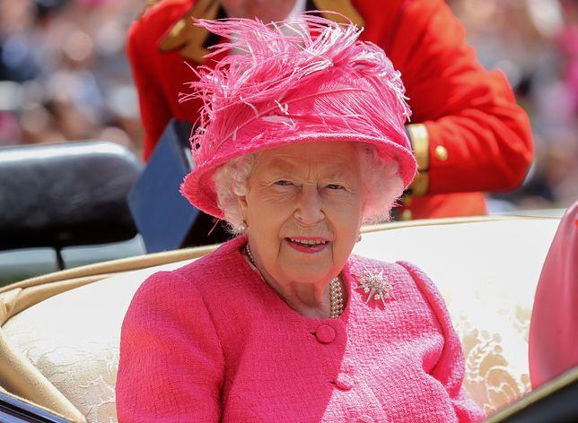 Makijaż królowej Elżbiety II.  Podkreślone usta i niewytuszowane rzęsy to jej znaki rozpoznawcze