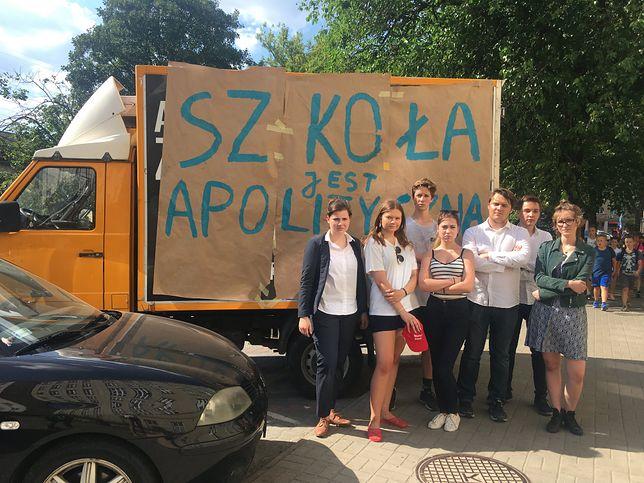 Uczniowie warszawskiego liceum zasłonili kontrowersyjną grafikę