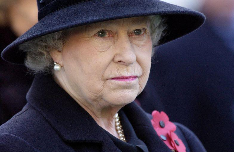 """""""Rozdzierający serce smutek"""". Samotna królowa na pogrzebie Filipa"""