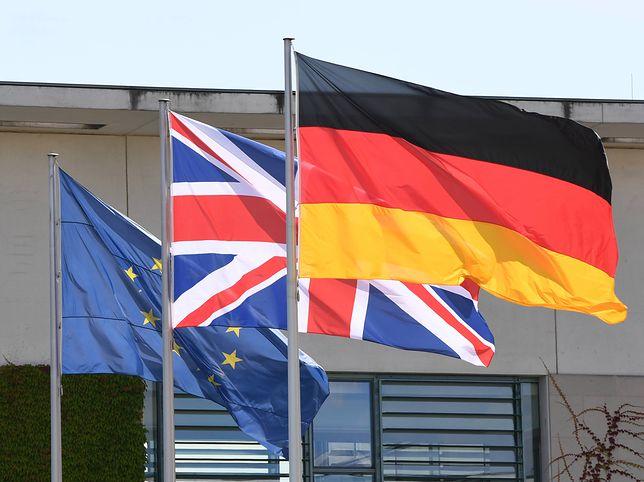 Flagi przed Urzędem Kanclerza Federalnego przed spotkaniem Angeli Merkel z Teresą May